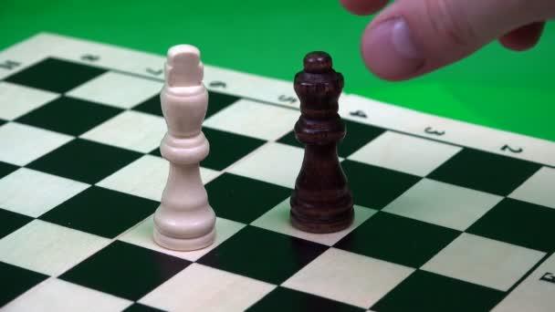 černá královna na šachovnici sekání Bílý král