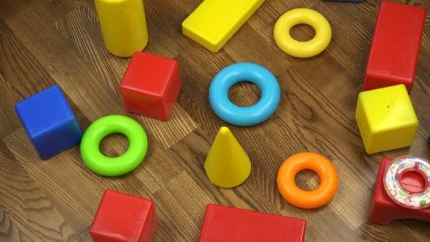 Vícebarevný, rozvoj dětské plastové kostky na dřevěnou podlahu