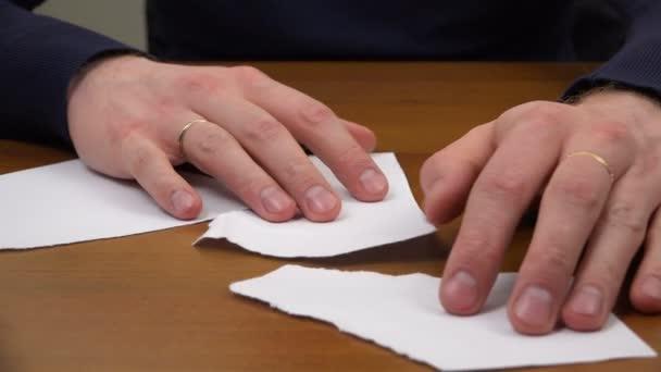 Prsty Přeložte list papíru z roztržené zápisy