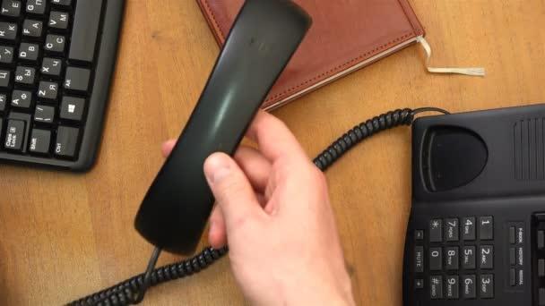 sluchátko telefonu leží na deník office plochy