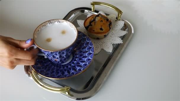 časně ráno s šálkem kávy a malým koláčem