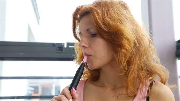 holka kouří s růžovou trubkou