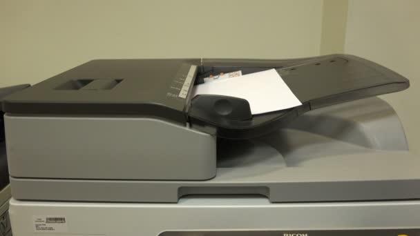 Der Drucker druckt Dokumente