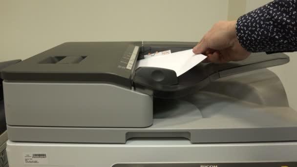 Büroangestellte im Kopierer druckt Dokumente