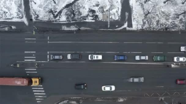Rušná křižovatka s auty a chodci po přechodu na silnici