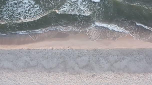 a tengeri hullám hófehér habja borítja a part menti homokot