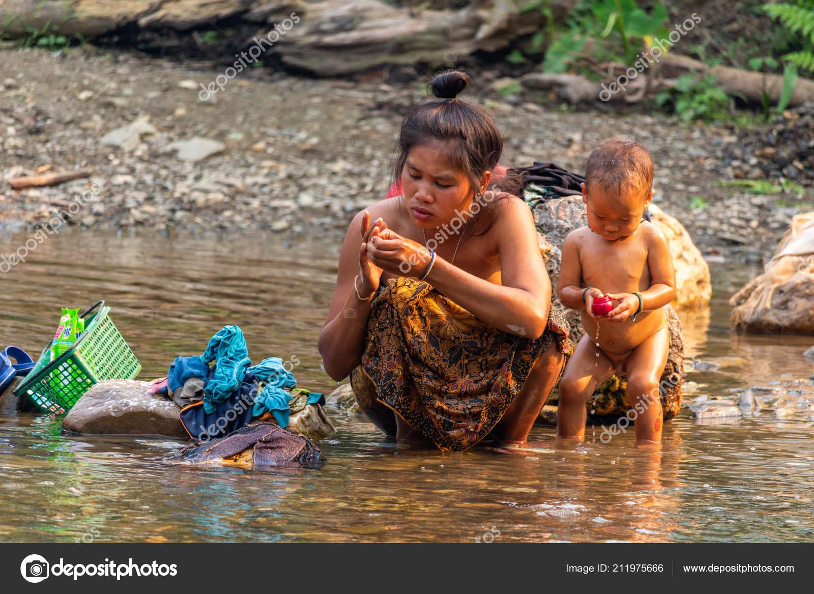 laos child girl bath Playa-dust.com