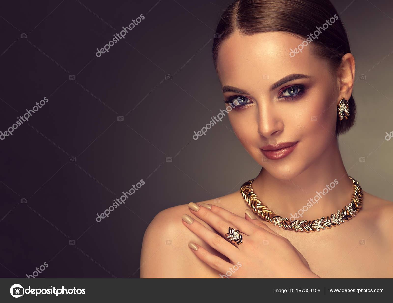 7e95f926131 Beautiful Girl Set Jewelry Woman Necklace Ring Earrings Bracelet Beauty —  Stock Photo