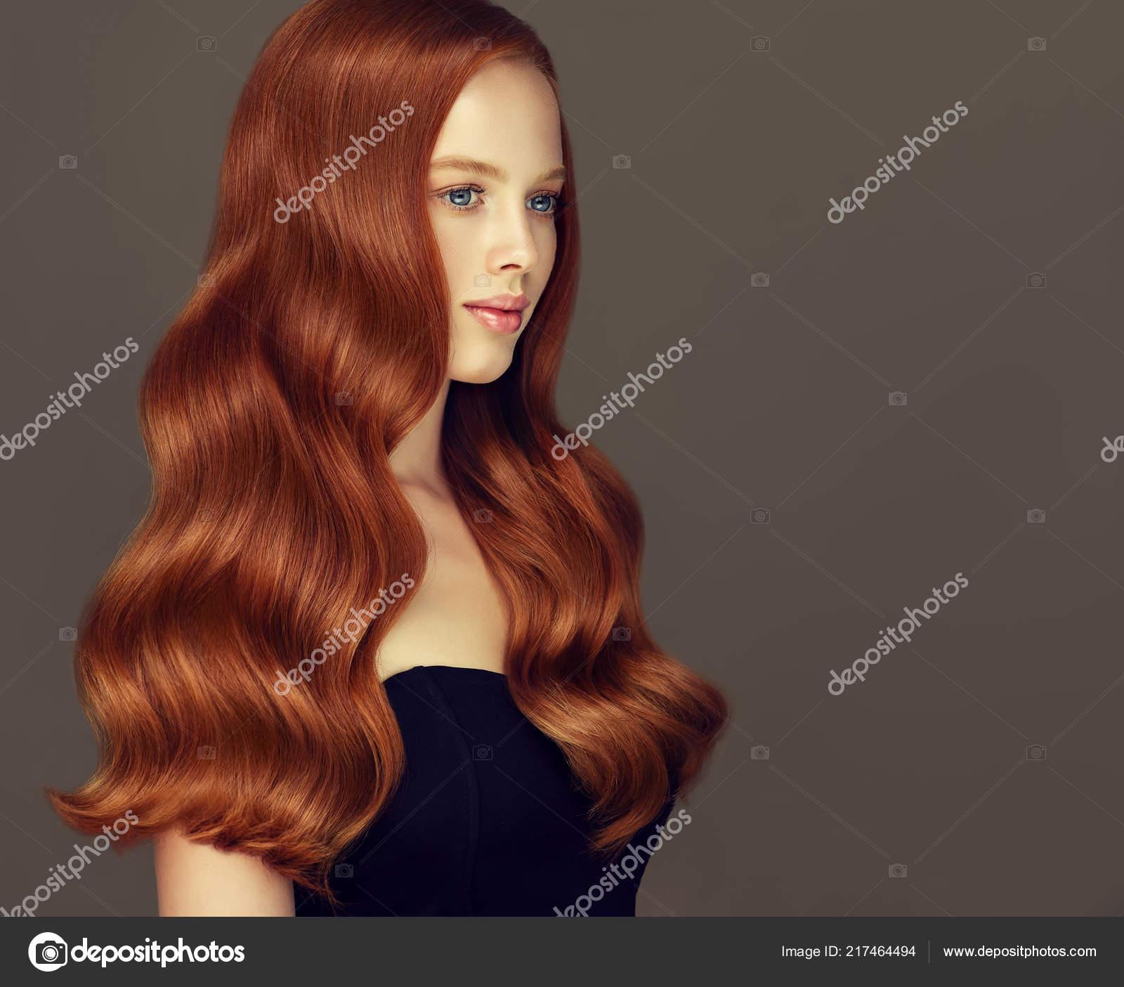 Roja Cabeza Chica Con Cabello Ondulado Largo Brillante Mujer Hermosa
