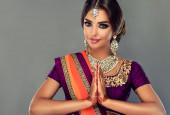 Porträt eines schönen indischen Mädchens. Junge hinduistische Model mit Tätowierung mehndi und Kundan Schmuck. Traditionelle indische Tracht lehenga choli .