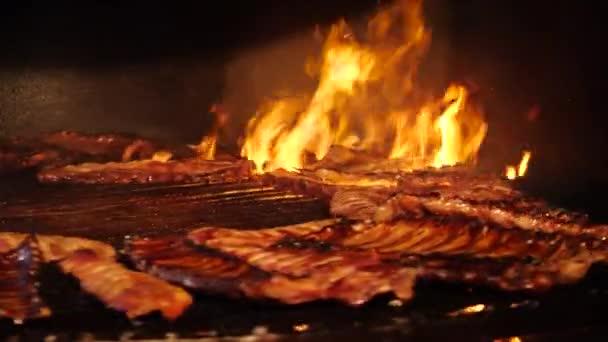 Vaření hovězího a vepřového masa. Maso pečené na ohni grilování kebab na grilu. Pouliční stánky s jídlem, zblizka