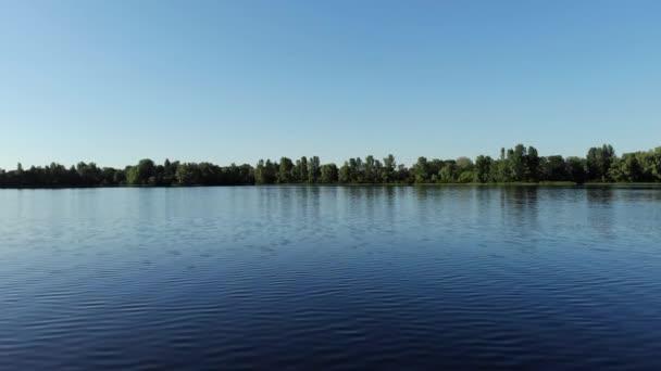 Drone légi felvételeket-tó és az erdő ég ellen.