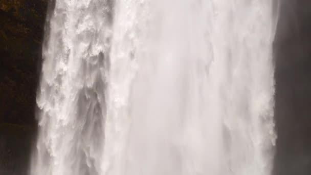 Epický velký vodopád v horské skále