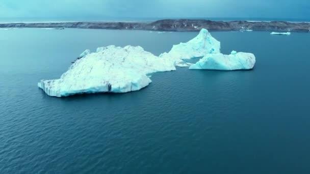 antarctica schmelzendes blaues Wasser Eisberg Luftaufnahme. antarktische Meeresumwelt.