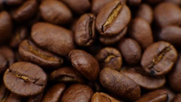 Dunkler Kaffee an Bord Kaffeebohnen verstopfen schöne Kaffeebohnen.