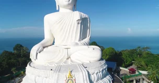 Bílý mramor Big Buddha socha chrám. Zblízka pohled. Phuket