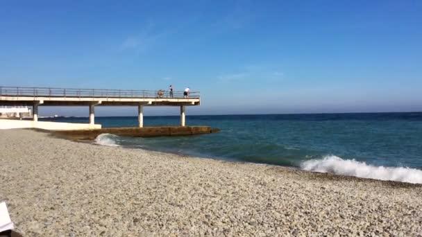 Mořské vlny zřítilo na oblázkové pláži