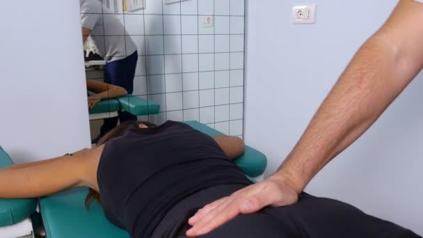 fyzioterapeut masáže s tlakem zadní pacienta