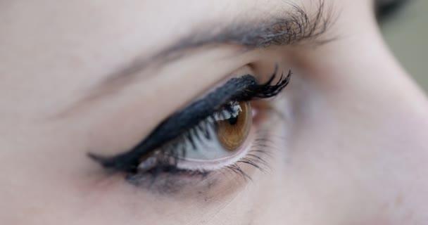 traurige Frau Mädchen Auge Makro suchen