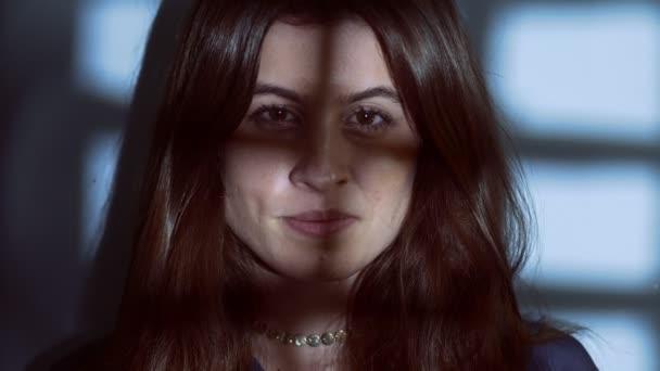 közelről a mentális betegségek, a skizofrénia-elmebeteg asszony agitál a sötétben