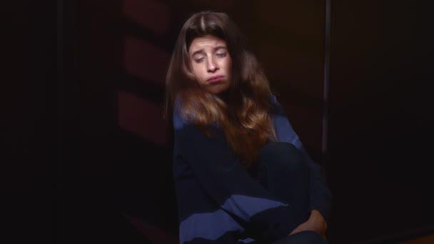 osamělost, deprese, smutek - osamělá a smutná žena criyng ve tmě