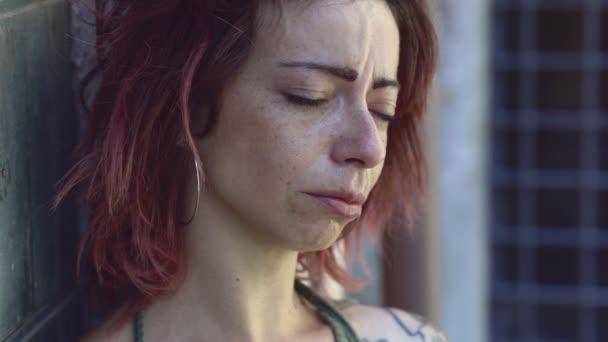 Smutná mladá žena pláče, deprese