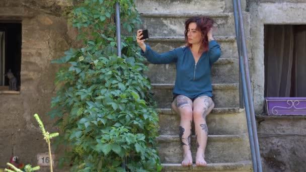krásná žena s selfie na schodech