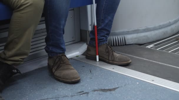 független vak ember egyedül a metró vonat-fogyatékosság, indipendece