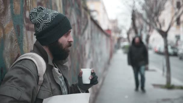 einsamer Bettler auf der Straße erhält Almosen von einem Mann - Hilfe, Großzügigkeit