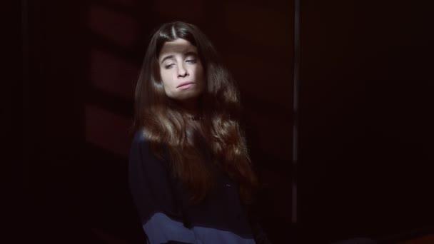 portrét osamění, deprese, smutného smutku a smutné ženy criyng ve tmě