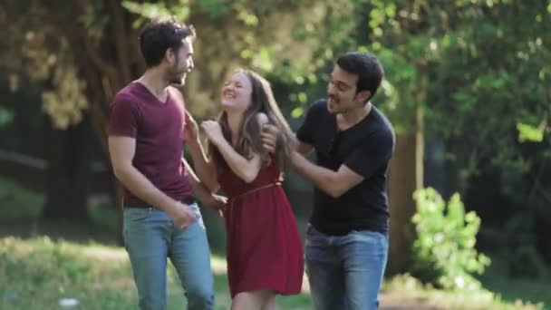 Ritratto degli amici, gioia, spensierata-gruppo di amici ride e scherza al parco