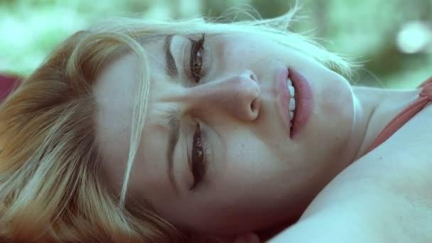 smutný nervózní mladá roztomilá žena ležící down problémy, smutek, deprese