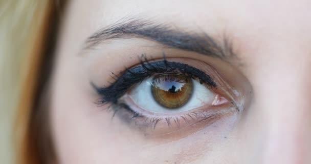 Zavřít otevřené pravé oko na mladou ženu