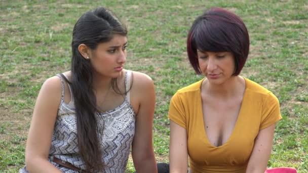 portrét dvou přítelkyň mluví: podpora, přátelství, uklidňující