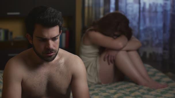 sexuelles Problem: traurig Paar im Bett