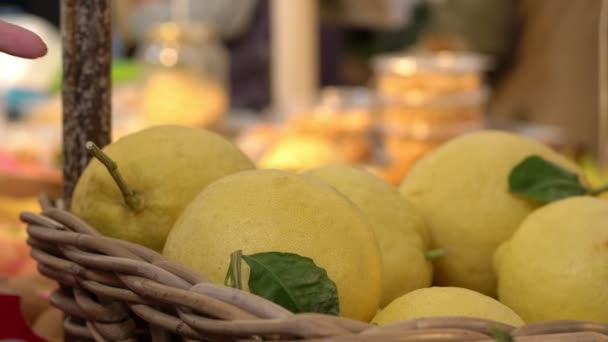 Výběr čerstvé zdravé citrony na ovocný a zeleninový trh
