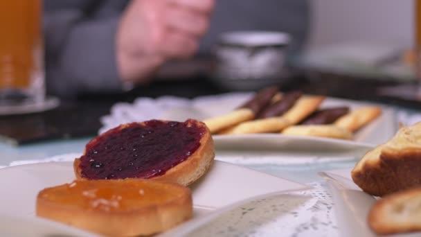 chutné a zdravé snídaně: pečivo s marmeládou a sladkosti