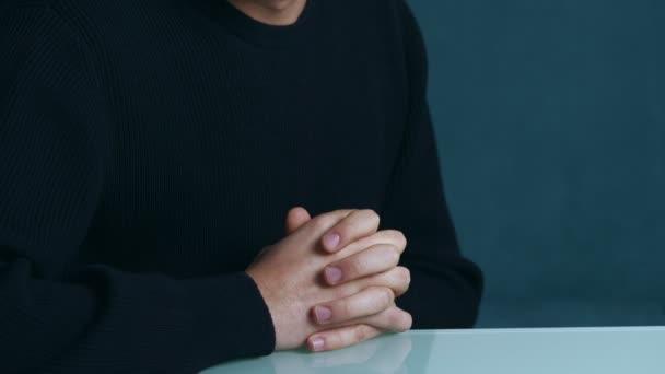 Depressziós és törékeny ember sír, pszichoterápia - idegösszeroppanást során