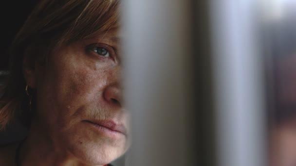Deprese smutný zralá žena u okna. Smutek, deprese, myšlenky
