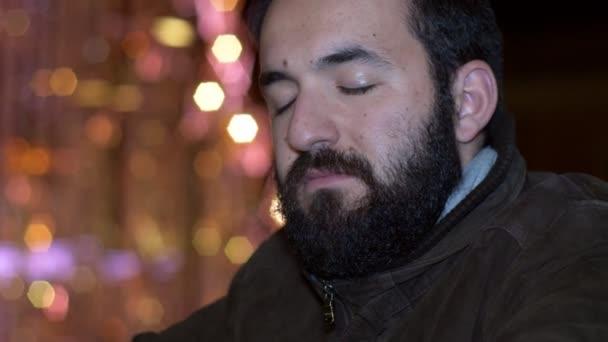 Promyšlené smutný pohledný muž zavírání jeho oči - vánoční čas - venkovní