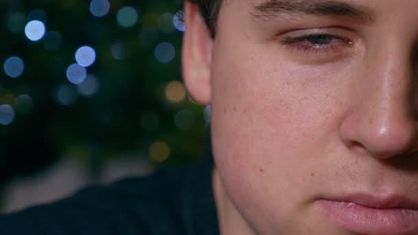 smutné, depresivní mladý muž počáteční pláč, Vánoce - půl obličeje