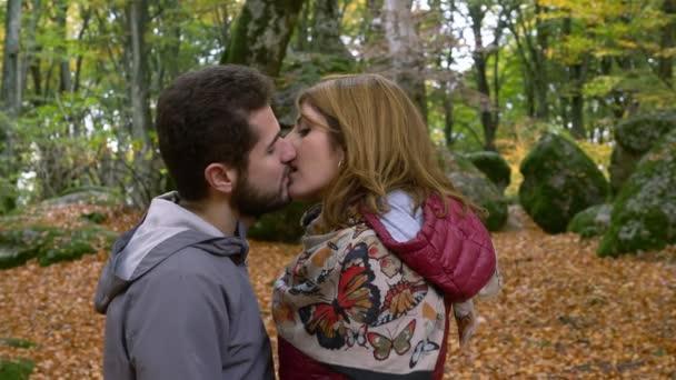 zärtlichen leidenschaftlichen Kuss zwischen Liebhabern im Park. Erster Kuss