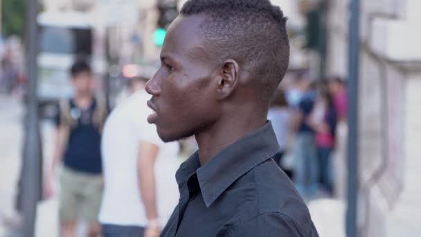 mladý americký africké muž, stojící na ulici - profil - pomalý pohyb