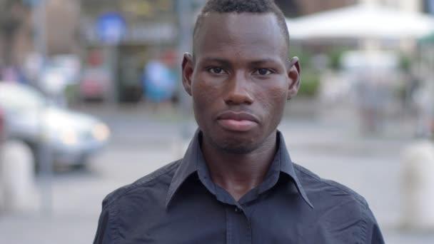 Happy Afriky student se usmívá na kameru v ulici - pomalý pohyb