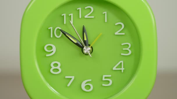 portrét zelených hodin bije čas. Konečný termín, časový interval