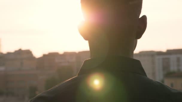 pohled na afrického muže při západu slunce
