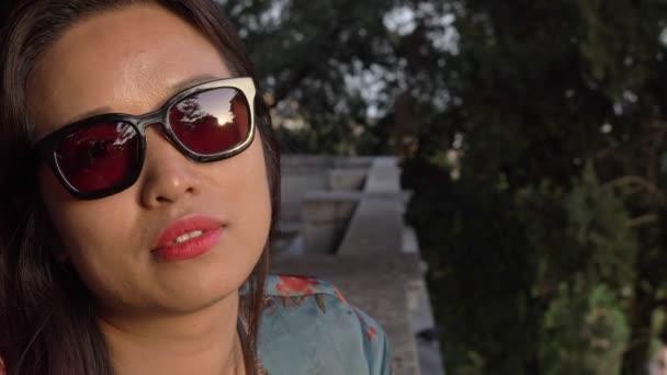 zblízka na zamyšlený sexy mladý asijské žena při západu slunce při pohledu na kameru- zpomalený film