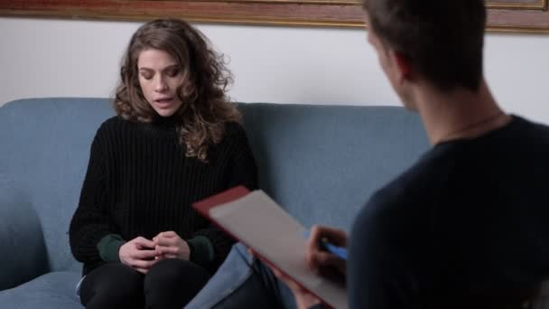 Hangsúlyozta, szorongó vágott nő beszél vele pszichológus. Terápiás ülés