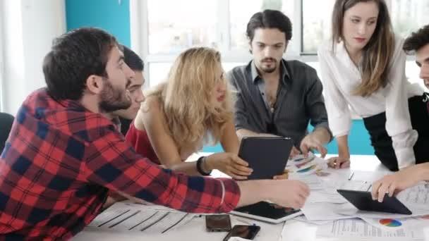 Junge Kollegen nutzen Tablet zur Präsentation ihres Projekts
