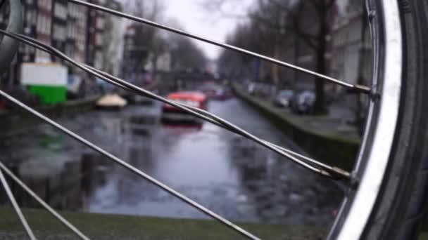 Canal loď plout na úzký kanál v Amsterdamu. jízdní kolo v popředí